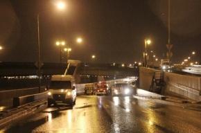 Автомобиль «Шевроле» упал с Литейного моста в Петербурге