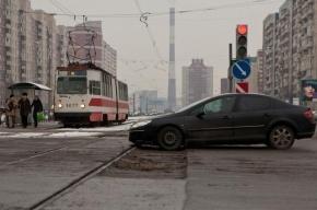 На Шлиссельбургском проспекте иномарка столкнулась с трамваем