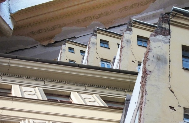После сноса в Московском районе «заиграла» стена соседнего дома
