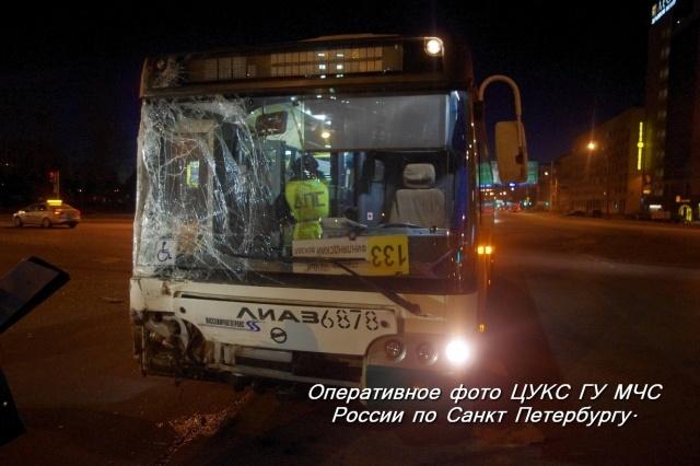 На Пискаревском проспекте столкнулись автобус и маршрутка, 27 марта: Фото