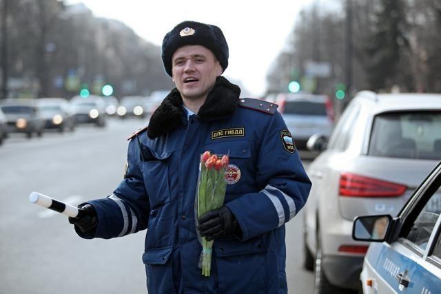 Cотрудники отдела ГИБДД Василеостровского района поздравляют женщин-водителей с Международным женским днем.: Фото