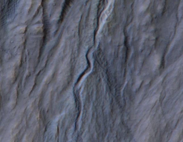Зонд MRO заснял появление на Марсе нового оврага: Фото