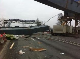 Начата проверка по факту гибели водителя при обрушении моста под Петербургом: Фото