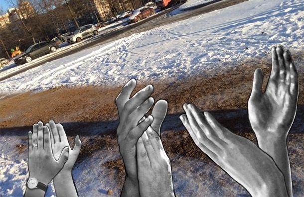 В Петербурге снова раскидывают песок и соль килограммами