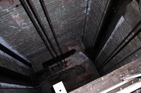 В Москве 17-летняя девушка упала в шахту лифта