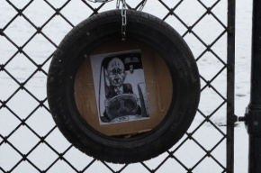 На Невском проспекте повесили покрышку с портретом Путина