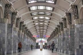 В Петербурге по «красной ветке» метро временно не ходят поезда