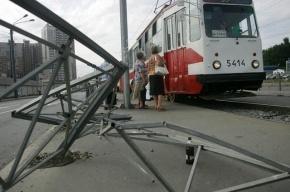 В Петербурге на Народной улице «Опель» протаранил трамвай и загорелся