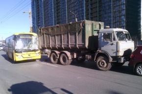 В массовом ДТП на Кушелевской дороге в Петербурге пострадали дети