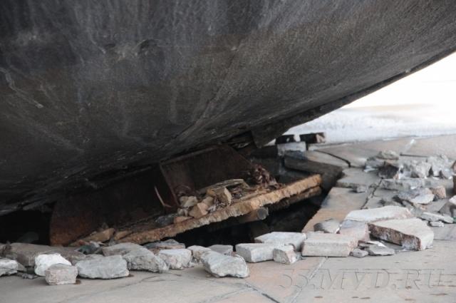 В Омске памятник в виде шара укатился с постамента из-за ураганного ветра: Фото