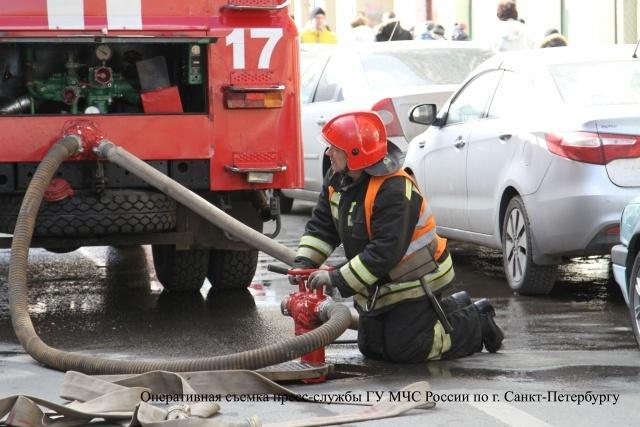 На улице Марата в центре Петербурга загорелась коммунальная квартира : Фото