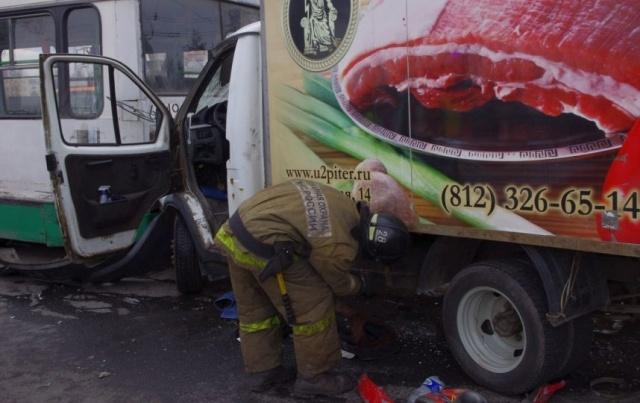 В массовом ДТП с автобусом на Пискаревском пострадали три человека : Фото