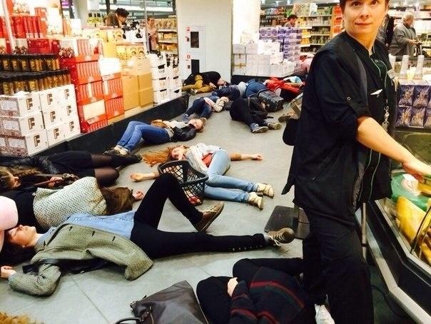 Активисты «Хрюши против» «умерли»  в «Стокманне» : Фото