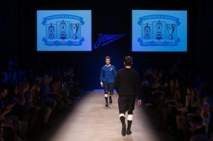 Футболисты «Зенита» продемонстрировали коллекцию ретроформы команды на показе мод : Фото