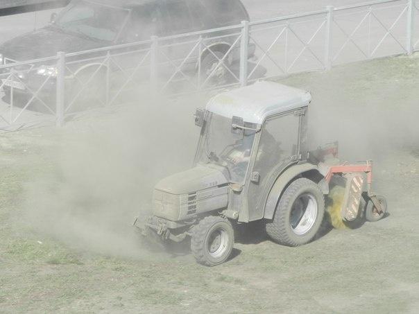 Во Фрунзенском районе трактором «выбивали» пыль из газона : Фото