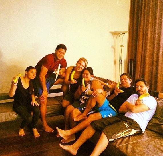 Футболисты едят банан 28042014 : Фото