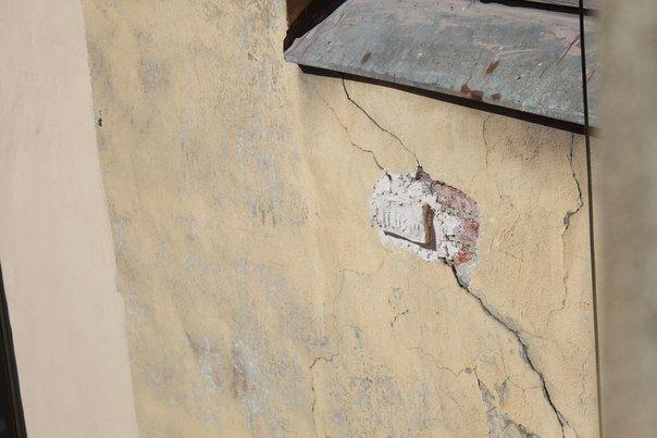 Сильнее всего пострадал фасад, выходящий на стройку. фото Елены Ивченко