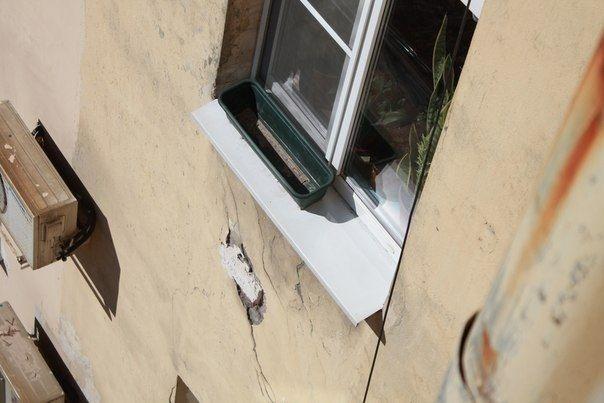 Трещины на здании пугают жителей. фото Елены Ивченко
