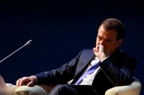 Медведев предложил сократить число чиновников еще на 10%