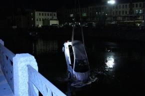 В Петербурге в реку Мойку упал автомобиль с девушкой за рулем