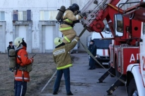 Школьник помог пожарным спасти две семьи при пожаре в Ленобласти