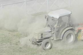 В Купчино трактор «выбивал» пыль из газона