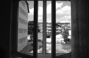 В Петербурге школьница выбросилась из окна из-за звонков коллекторов