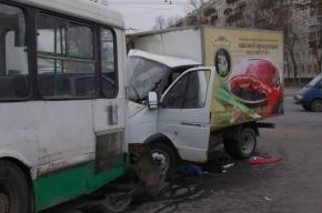 В массовом ДТП с автобусом на Пискаревском пострадали три человека
