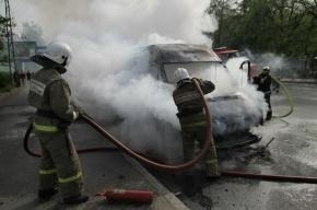 На Просвещения Тойота влетела в ограждение остановки и загорелась