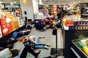 Активисты «Хрюши против» «умерли»  в «Стокманне»