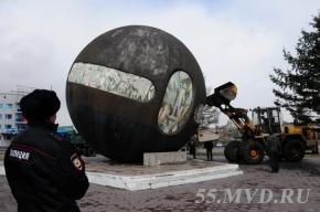 В Омске памятник в виде шара укатился с постамента из-за ураганного ветра