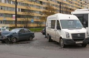 В центре Петербурга микроавтобус протаранил четыре припаркованные машины