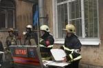 На Васильевском острове из-за крупного пожаре в жилом доме перекрыли улицу: Фоторепортаж