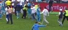 Фоторепортаж: «Фанат «Зенита» избил футболиста «Динамо» Граната прямо на поле»