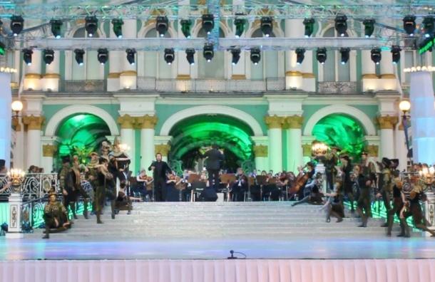 Оперные певцы выступили для петербуржцев на Дворцовой площади