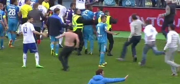 Фанат «Зенита» избил футболиста «Динамо» Граната прямо на поле: Фото
