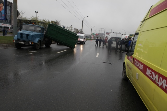 В Петербурге пассажирка маршрутки погибла в аварии с мусоровозом: Фото