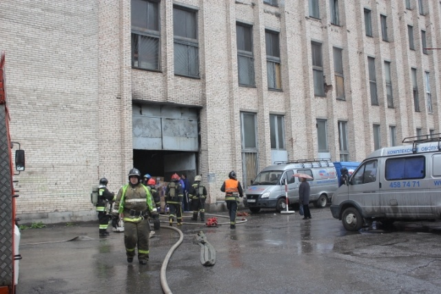 В Купчино сгорел ангар с бытовой химией: Фото