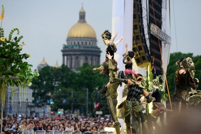 Оперные певцы выступили для петербуржцев на Дворцовой площади 25 мая 2014 : Фото