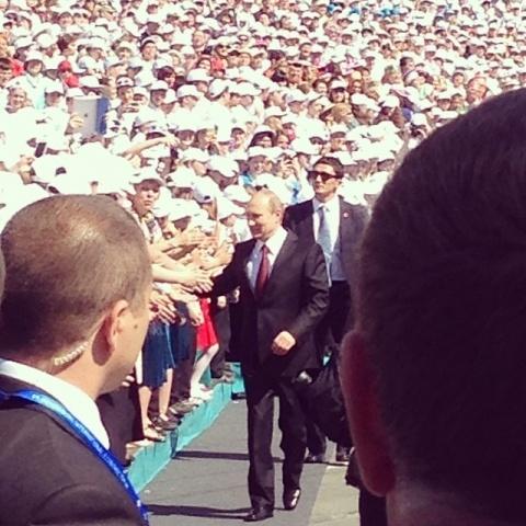 Путин на выступлении хора, Исаакиевская площадь, 24 мая 2014: Фото