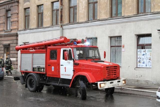 На Васильевском острове из-за крупного пожаре в жилом доме перекрыли улицу: Фото