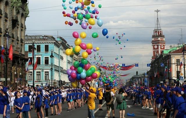 Петербург начал праздновать День города акцией «Танцующий Невский» : Фото