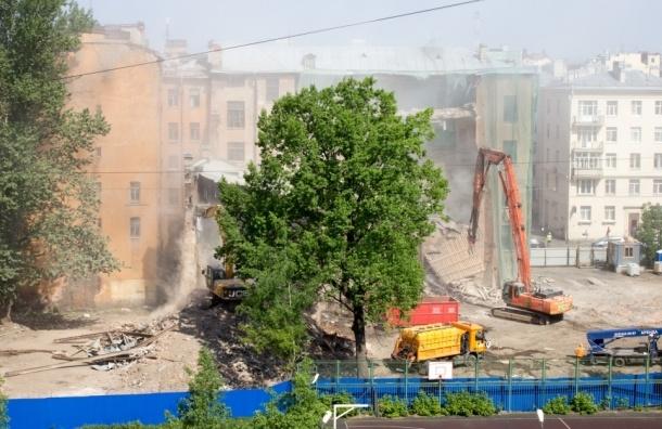 На месте старейшего петербургского некрополя работает бульдозер