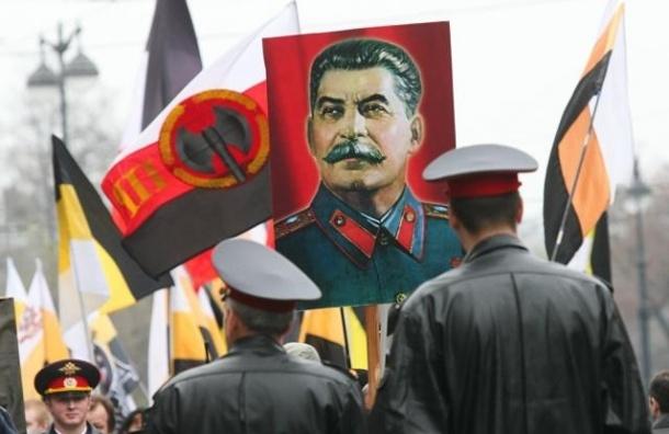Чиновник Смольного вышел на парад ветеранов с портретом Сталина