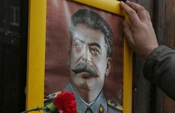 Полтавченко просят объяснить появление портрета Сталина в руках чиновника