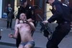 На Садовой улице полицейские задержали голого мужчину