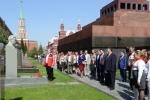 Зюганов в красной куртке Adidas возложил цветы к могиле Сталина