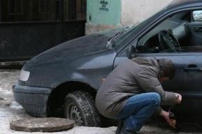 На Планерной улице автомобиль провалился в яму с водой
