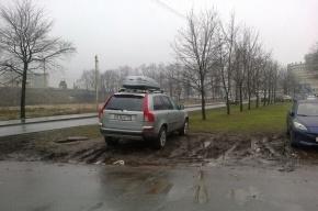 «Красивый Петербург» собирает адреса газонов, уничтоженных стихийной парковкой