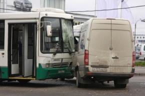В Петербурге грузовик протаранил автобус, пострадали три человека